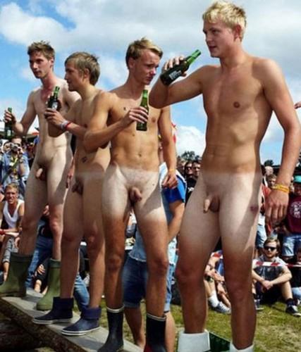 Homens pelados em público